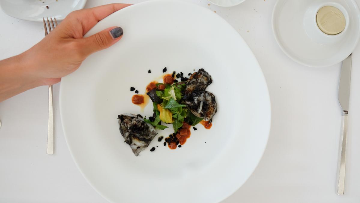 Seppie giovani sporche arrostite con granita di ricci di mare Chef Uliassi