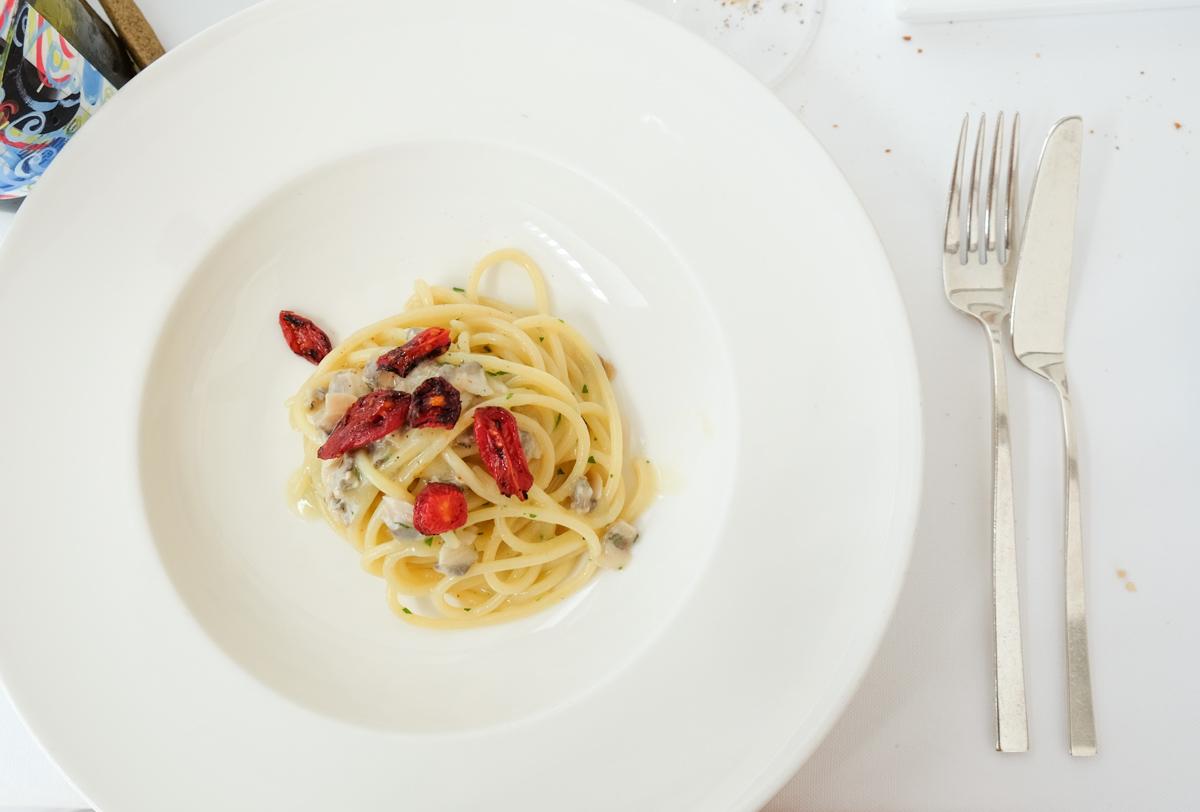Spaghetti affumicati vongole e datterini arrostiti Chef Uliassi